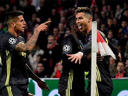 Ronaldo ghi bàn, Juventus hòa Ajax trên sân khách