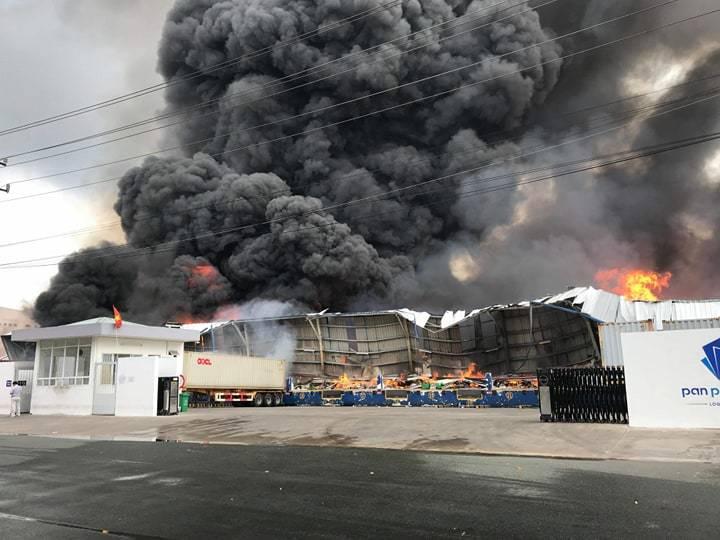 Bình Dương: Cháy lớn ở khu công nghiệp, cột khói đen khổng lồ bốc cuồn cuộn-1