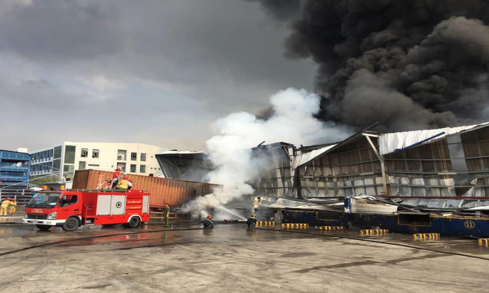 Bình Dương: Cháy lớn ở khu công nghiệp, cột khói đen khổng lồ bốc cuồn cuộn-2