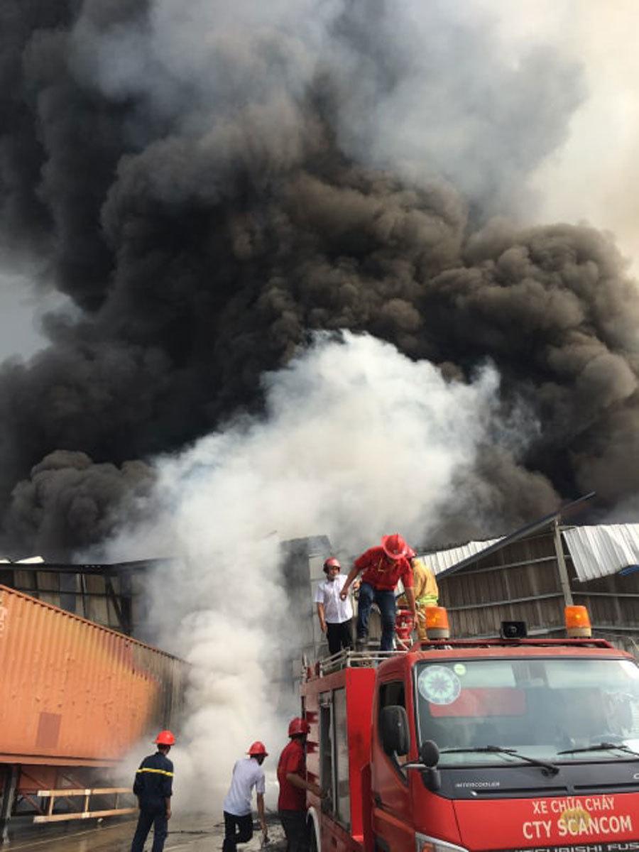 Bình Dương: Cháy lớn ở khu công nghiệp, cột khói đen khổng lồ bốc cuồn cuộn-3