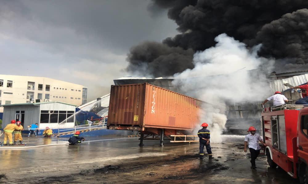 Bình Dương: Cháy lớn ở khu công nghiệp, cột khói đen khổng lồ bốc cuồn cuộn-4