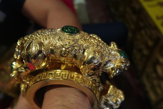 Vệ sĩ được trả 15 triệu/tháng có nhiệm vụ đi dạo và đỡ vàng ở cổ trước khi Phúc XO bị tạm giữ-2