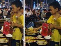 Rớt nước mắt hình ảnh cậu bé nhặt nhạnh chút đồ thừa trên bàn rồi ăn ngấu nghiến để lấp đầy chiếc bụng đói giữa phố Sài Gòn