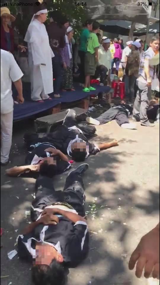 Xe 7 chỗ lao vào đội khiêng quan tài, 2 người chết, nhiều người bị thương-2