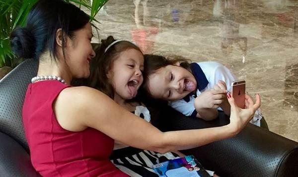 Những khoảnh khắc đáng yêu, ngọt lịm của cặp song sinh nhà Hồng Nhung-6