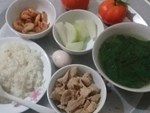 Nấu mâm cơm đơn giản, vợ đảm vẫn khiến chị em trầm trồ vì loạt bát đĩa gốm sứ xinh như đi ăn nhà hàng-6