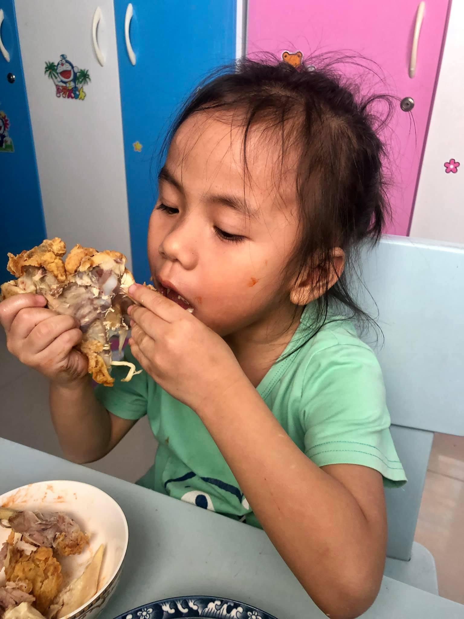 Mẹ nuôi khoe ảnh em bé Mường Lát say sưa ăn gà rán, ai cũng bất ngờ về vẻ ngoài trổ mã của bé Pàng-5