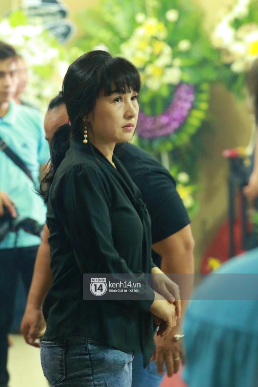 Đêm cuối cùng đám tang cố diễn viên Anh Vũ: Nghệ sĩ lặng người, không giấu được xúc động trước linh cữu-10