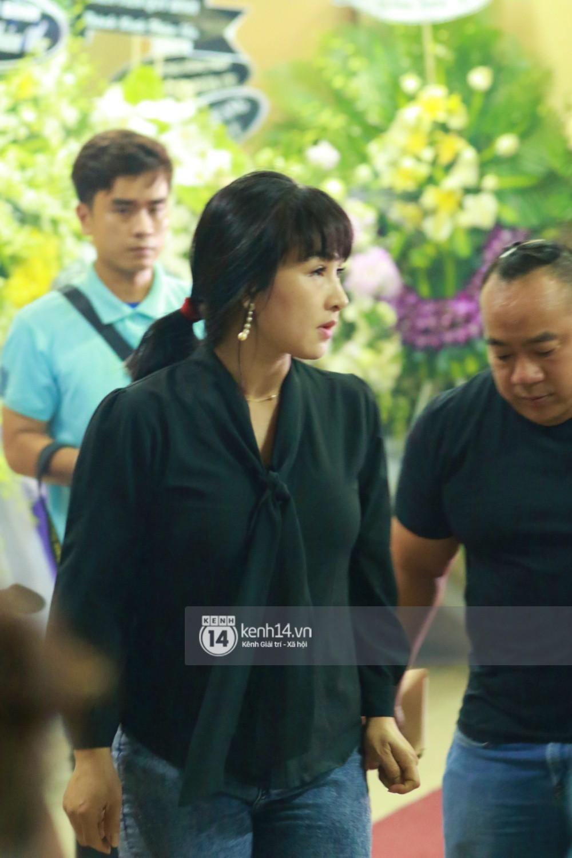 Đêm cuối cùng đám tang cố diễn viên Anh Vũ: Nghệ sĩ lặng người, không giấu được xúc động trước linh cữu-11