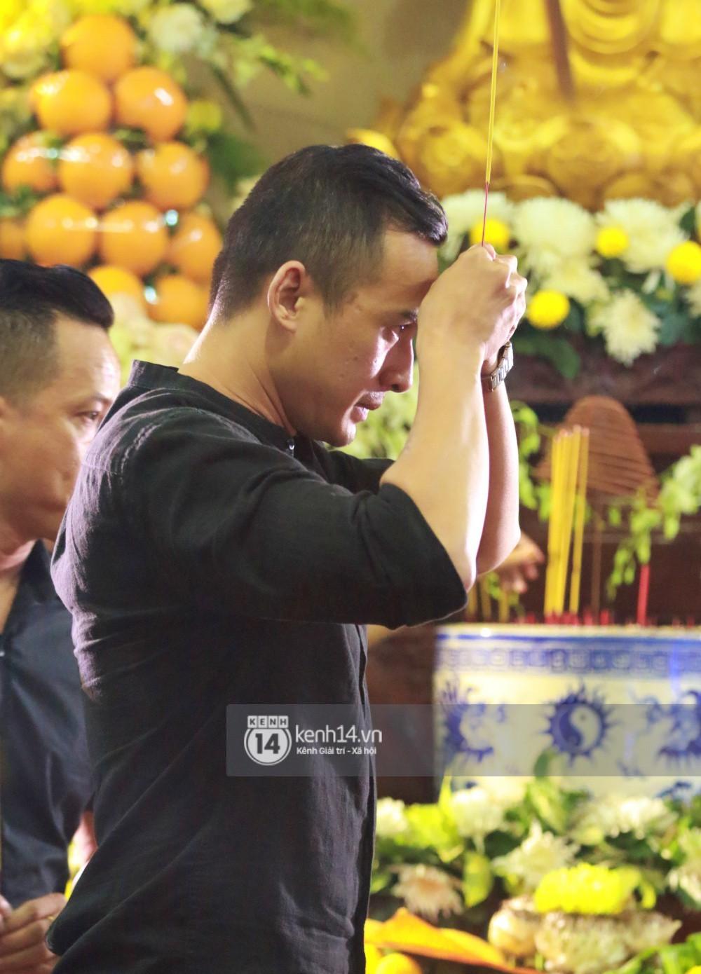 Đêm cuối cùng đám tang cố diễn viên Anh Vũ: Nghệ sĩ lặng người, không giấu được xúc động trước linh cữu-14