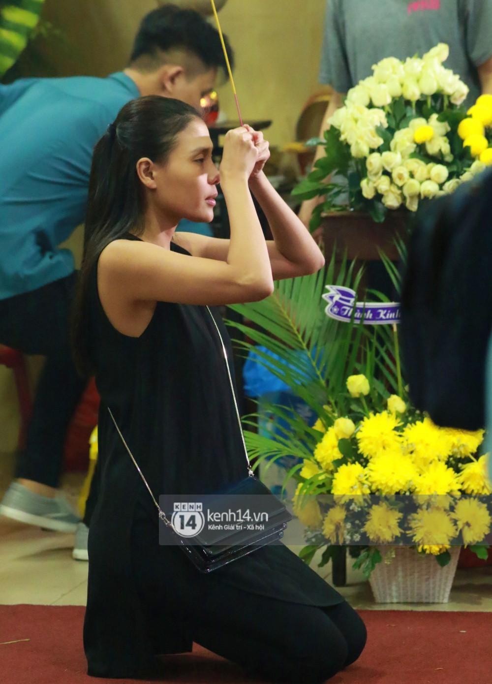 Đêm cuối cùng đám tang cố diễn viên Anh Vũ: Nghệ sĩ lặng người, không giấu được xúc động trước linh cữu-15