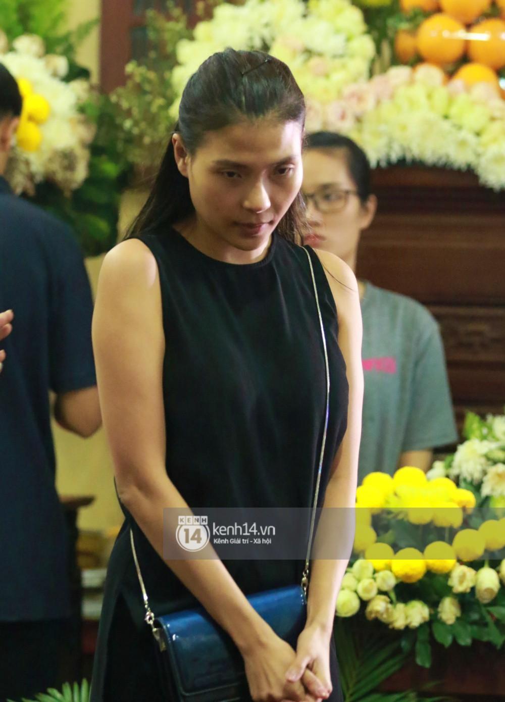 Đêm cuối cùng đám tang cố diễn viên Anh Vũ: Nghệ sĩ lặng người, không giấu được xúc động trước linh cữu-16