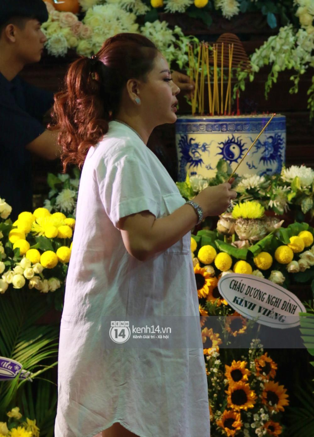 Đêm cuối cùng đám tang cố diễn viên Anh Vũ: Nghệ sĩ lặng người, không giấu được xúc động trước linh cữu-17