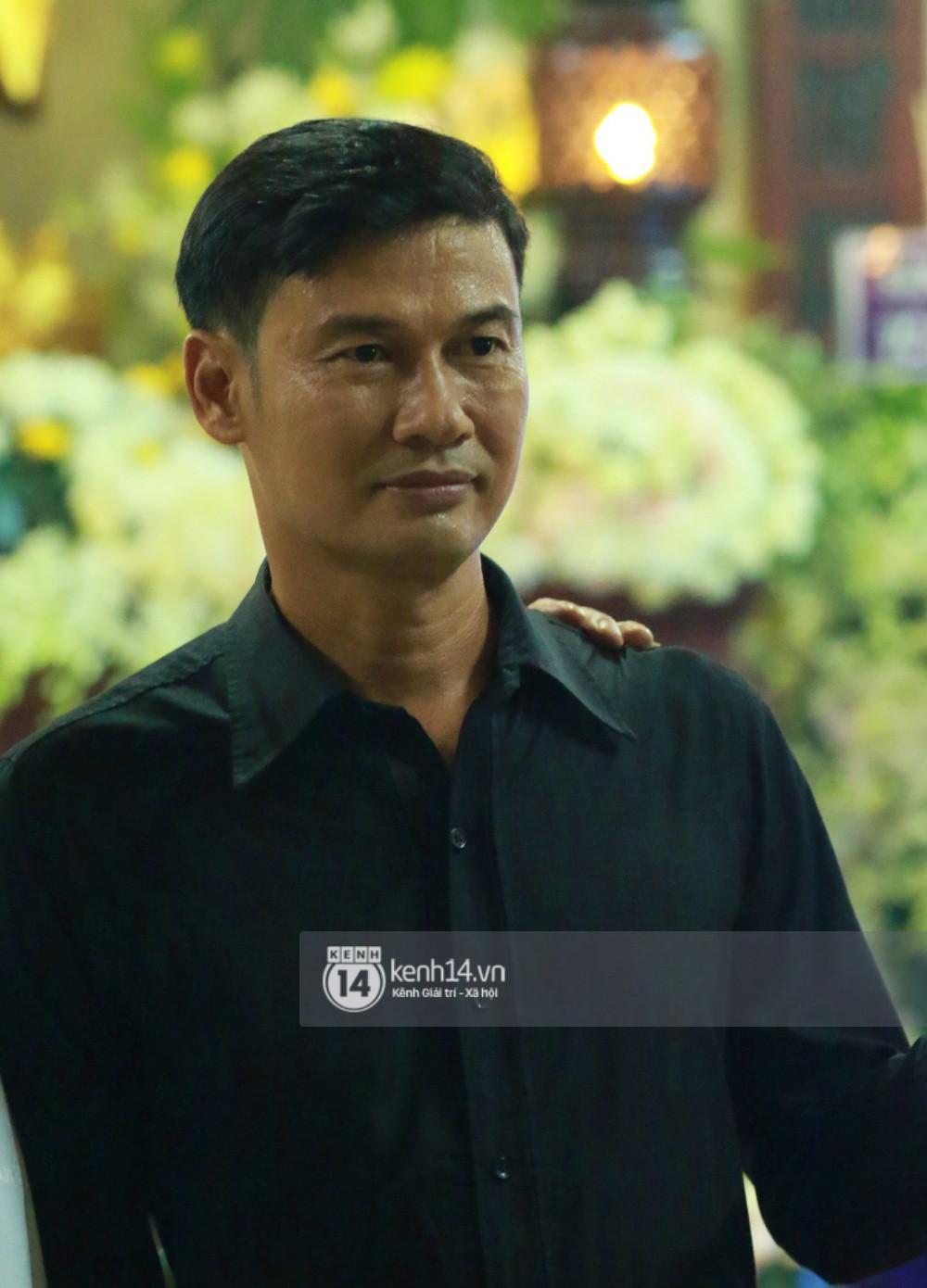 Đêm cuối cùng đám tang cố diễn viên Anh Vũ: Nghệ sĩ lặng người, không giấu được xúc động trước linh cữu-19