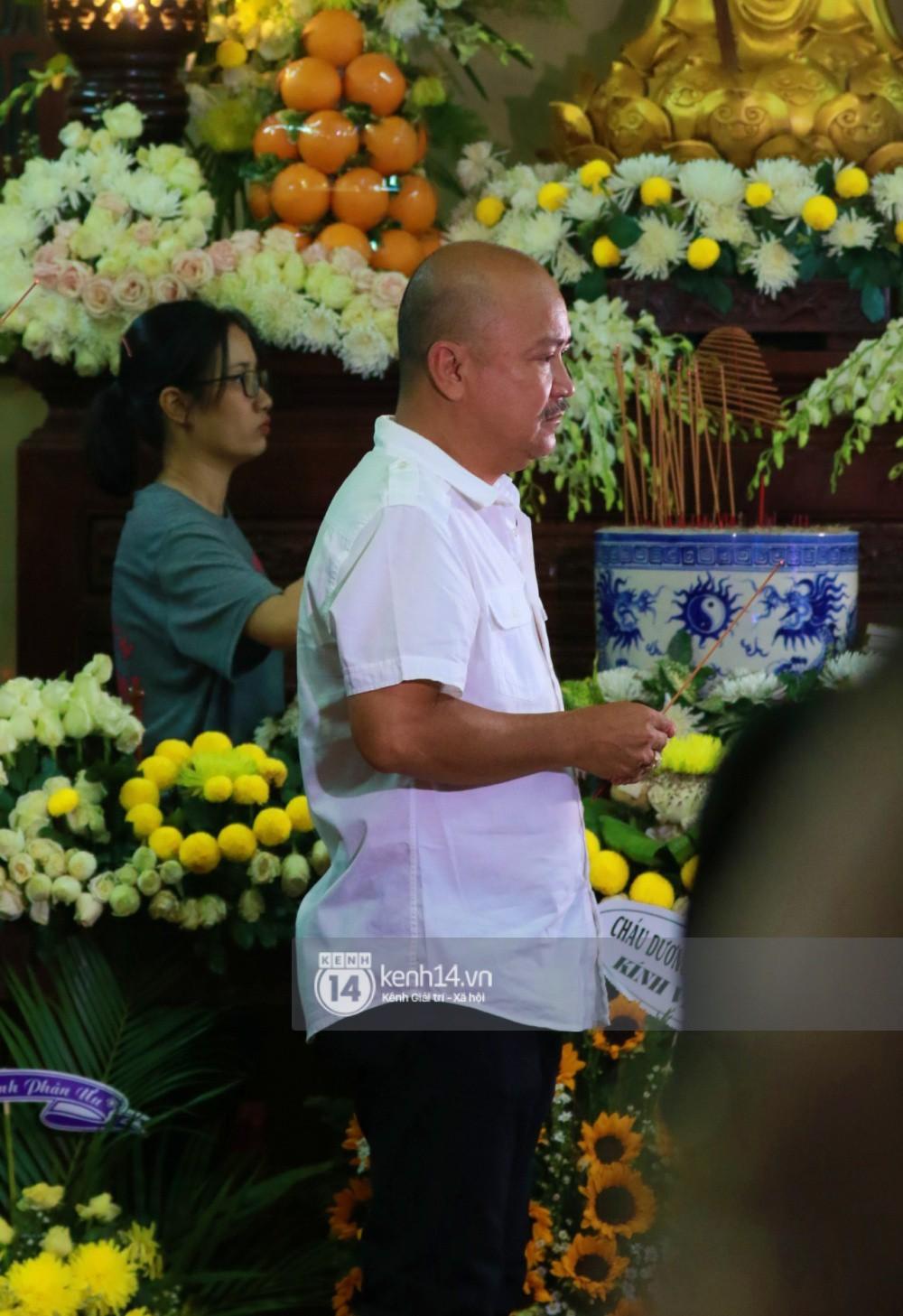 Đêm cuối cùng đám tang cố diễn viên Anh Vũ: Nghệ sĩ lặng người, không giấu được xúc động trước linh cữu-2