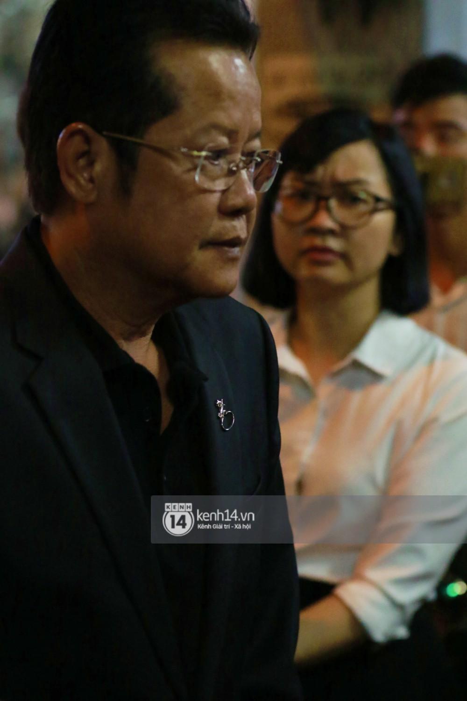 Đêm cuối cùng đám tang cố diễn viên Anh Vũ: Nghệ sĩ lặng người, không giấu được xúc động trước linh cữu-4