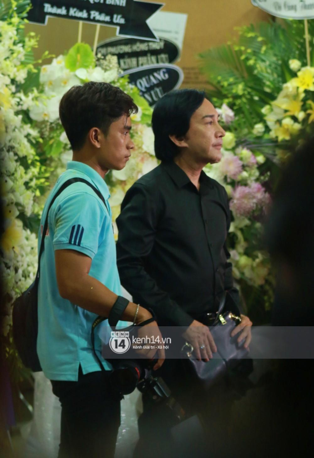 Đêm cuối cùng đám tang cố diễn viên Anh Vũ: Nghệ sĩ lặng người, không giấu được xúc động trước linh cữu-6