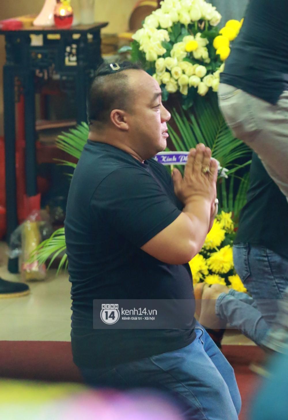 Đêm cuối cùng đám tang cố diễn viên Anh Vũ: Nghệ sĩ lặng người, không giấu được xúc động trước linh cữu-7