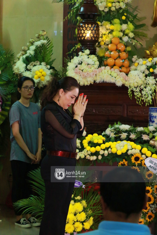 Đêm cuối cùng đám tang cố diễn viên Anh Vũ: Nghệ sĩ lặng người, không giấu được xúc động trước linh cữu-8