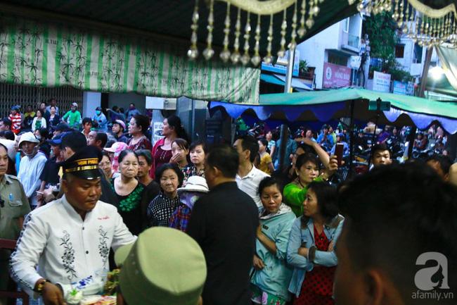 Hồng Vân, Thanh Bạch và dòng người hâm mộ xúc động đưa tiễn cố nghệ sĩ Anh Vũ về nơi an nghỉ-33