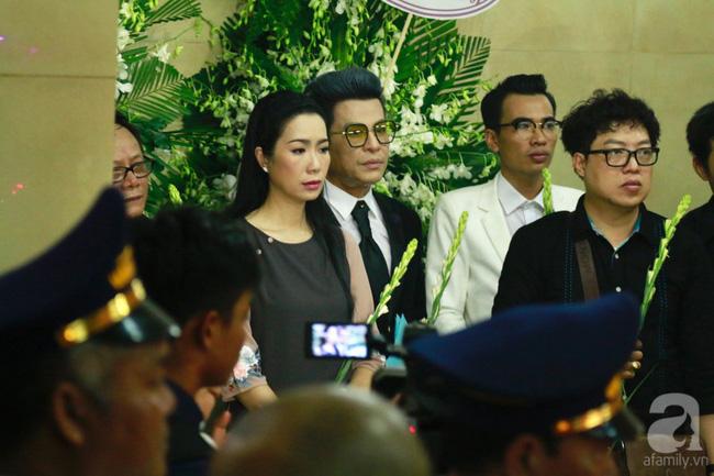 Hồng Vân, Thanh Bạch và dòng người hâm mộ xúc động đưa tiễn cố nghệ sĩ Anh Vũ về nơi an nghỉ-34