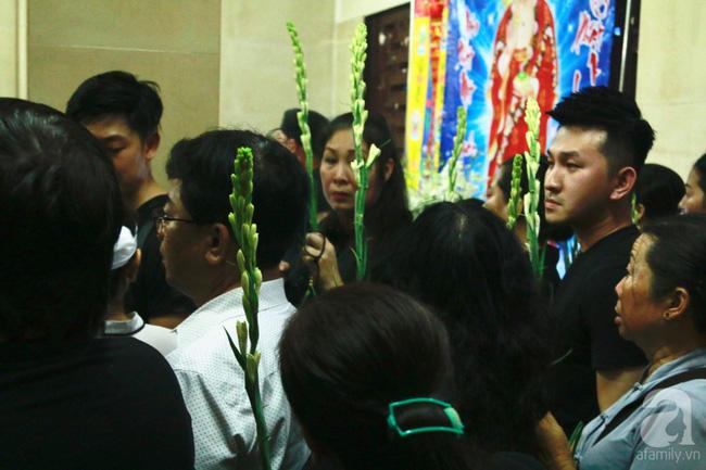 Hồng Vân, Thanh Bạch và dòng người hâm mộ xúc động đưa tiễn cố nghệ sĩ Anh Vũ về nơi an nghỉ-35