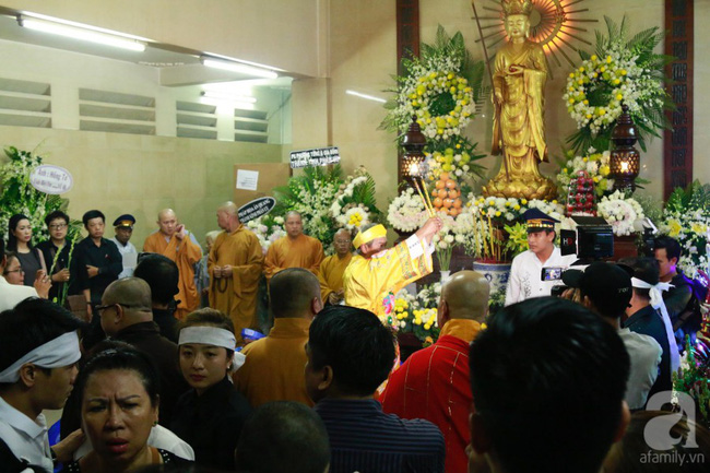 Hồng Vân, Thanh Bạch và dòng người hâm mộ xúc động đưa tiễn cố nghệ sĩ Anh Vũ về nơi an nghỉ-36