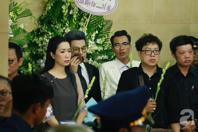 Hồng Vân, Thanh Bạch và dòng người hâm mộ xúc động đưa tiễn cố nghệ sĩ Anh Vũ về nơi an nghỉ-37