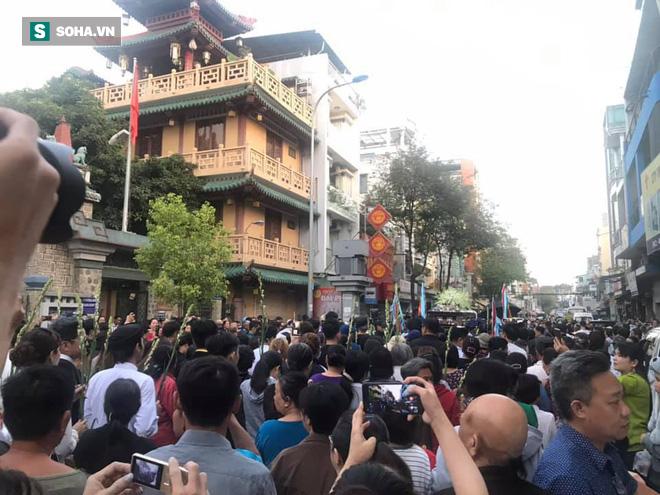 Hồng Vân, Thanh Bạch và dòng người hâm mộ xúc động đưa tiễn cố nghệ sĩ Anh Vũ về nơi an nghỉ-28