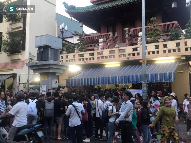 Hồng Vân, Thanh Bạch và dòng người hâm mộ xúc động đưa tiễn cố nghệ sĩ Anh Vũ về nơi an nghỉ-23