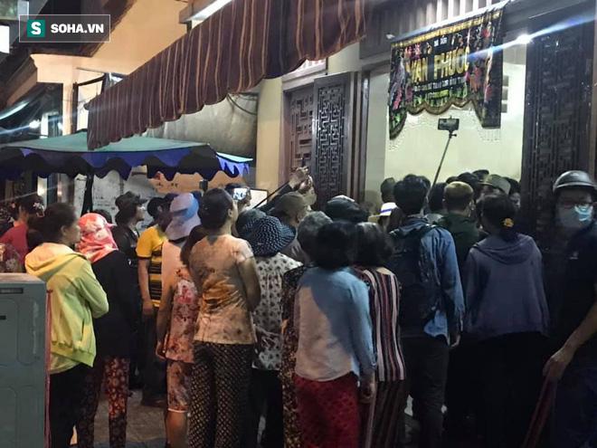 Hồng Vân, Thanh Bạch và dòng người hâm mộ xúc động đưa tiễn cố nghệ sĩ Anh Vũ về nơi an nghỉ-22