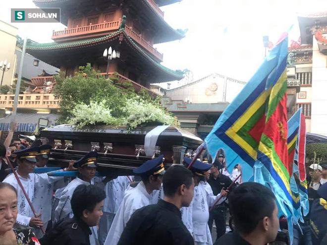 Hồng Vân, Thanh Bạch và dòng người hâm mộ xúc động đưa tiễn cố nghệ sĩ Anh Vũ về nơi an nghỉ-26