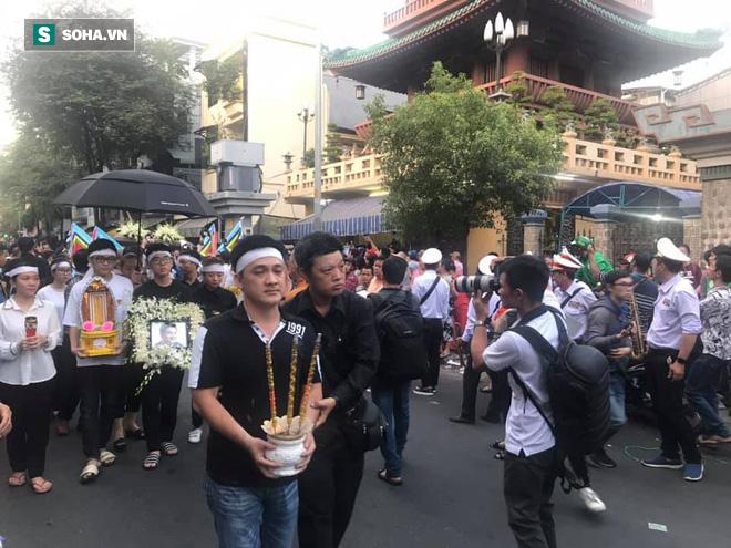 Hồng Vân, Thanh Bạch và dòng người hâm mộ xúc động đưa tiễn cố nghệ sĩ Anh Vũ về nơi an nghỉ-27