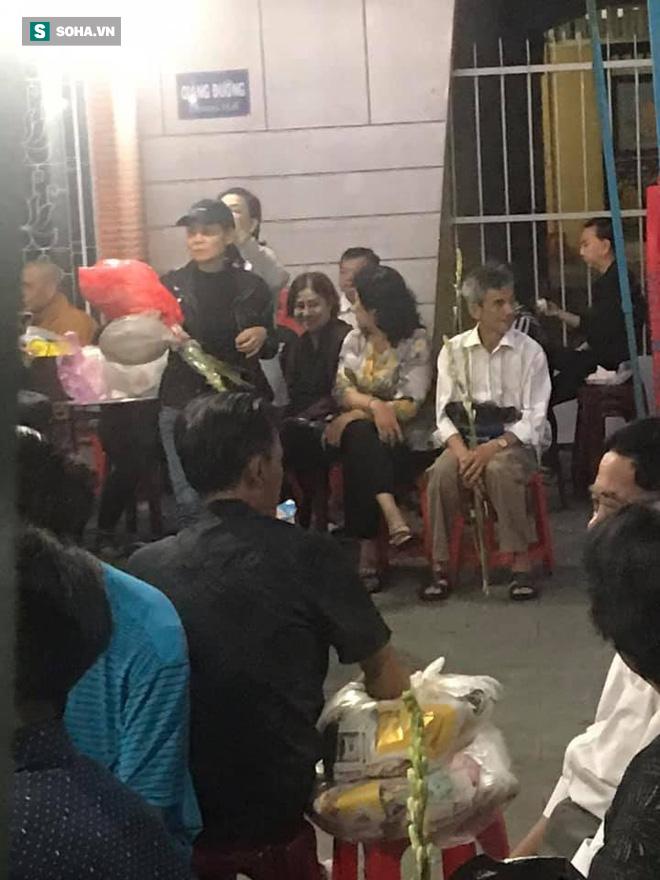 Hồng Vân, Thanh Bạch và dòng người hâm mộ xúc động đưa tiễn cố nghệ sĩ Anh Vũ về nơi an nghỉ-24