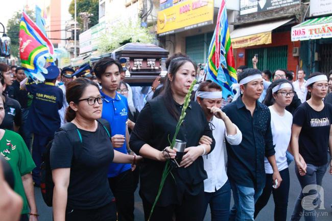 Hồng Vân, Thanh Bạch và dòng người hâm mộ xúc động đưa tiễn cố nghệ sĩ Anh Vũ về nơi an nghỉ-16