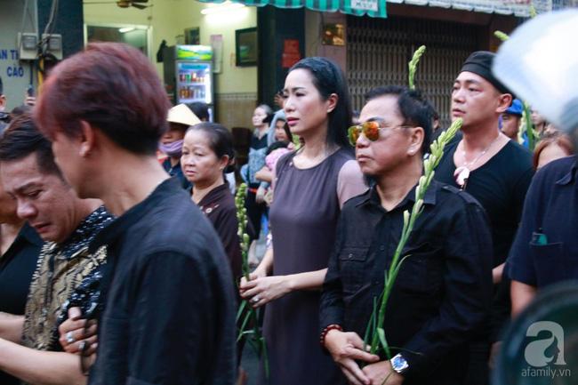 Hồng Vân, Thanh Bạch và dòng người hâm mộ xúc động đưa tiễn cố nghệ sĩ Anh Vũ về nơi an nghỉ-19