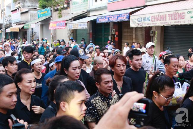Hồng Vân, Thanh Bạch và dòng người hâm mộ xúc động đưa tiễn cố nghệ sĩ Anh Vũ về nơi an nghỉ-13