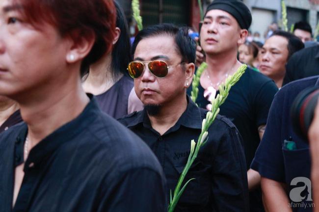 Hồng Vân, Thanh Bạch và dòng người hâm mộ xúc động đưa tiễn cố nghệ sĩ Anh Vũ về nơi an nghỉ-18