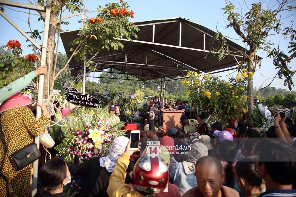 Đám đông chen lấn, giẫm đạp lên các mộ phần để tìm vị trí đẹp theo dõi tang lễ Anh Vũ-1