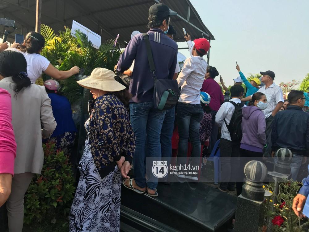 Đám đông chen lấn, giẫm đạp lên các mộ phần để tìm vị trí đẹp theo dõi tang lễ Anh Vũ-2