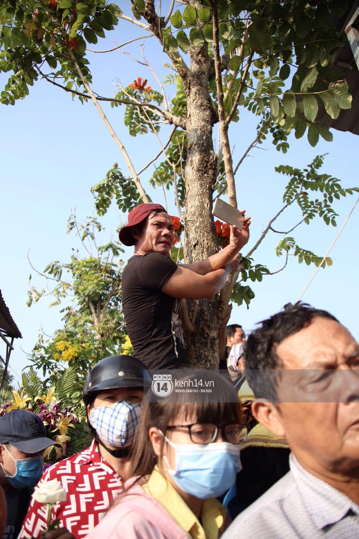 Đám đông chen lấn, giẫm đạp lên các mộ phần để tìm vị trí đẹp theo dõi tang lễ Anh Vũ-10
