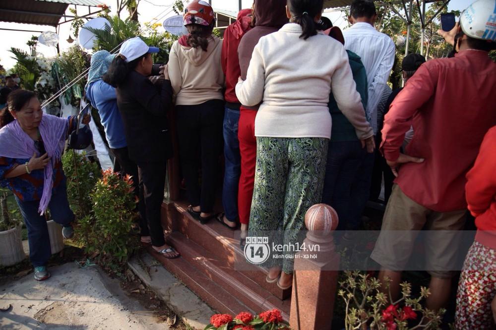 Đám đông chen lấn, giẫm đạp lên các mộ phần để tìm vị trí đẹp theo dõi tang lễ Anh Vũ-5