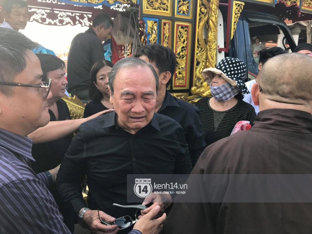 Bố mẹ Anh Vũ không đứng vững, rơi nước mắt vì đau xót trong lễ an táng con trai-1