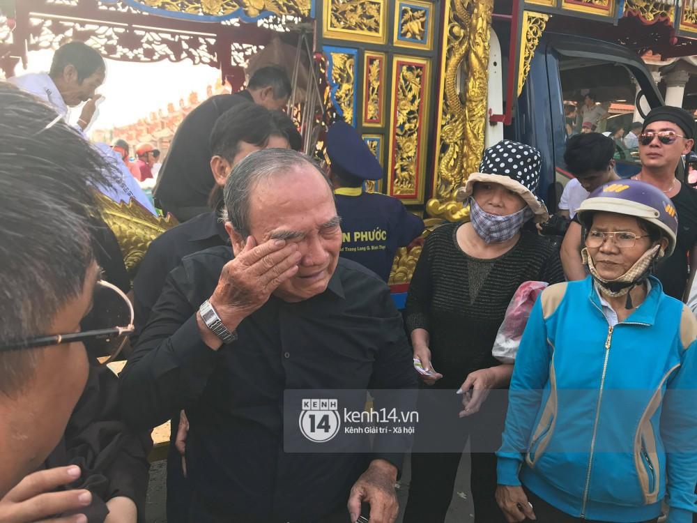 Bố mẹ Anh Vũ không đứng vững, rơi nước mắt vì đau xót trong lễ an táng con trai-2