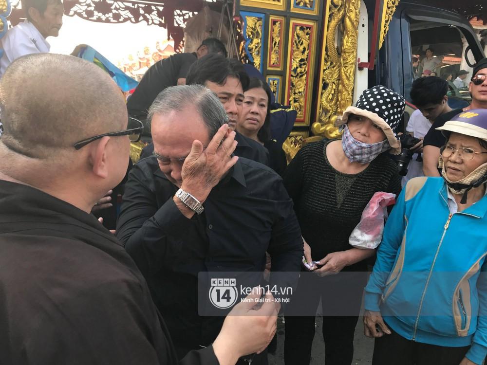 Bố mẹ Anh Vũ không đứng vững, rơi nước mắt vì đau xót trong lễ an táng con trai-3