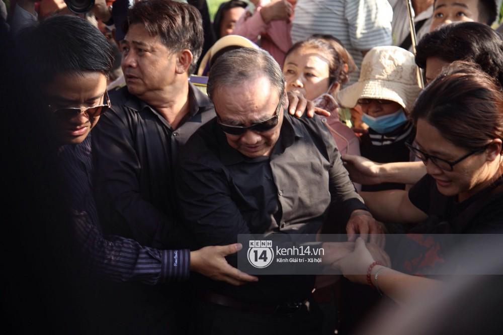 Bố mẹ Anh Vũ không đứng vững, rơi nước mắt vì đau xót trong lễ an táng con trai-4