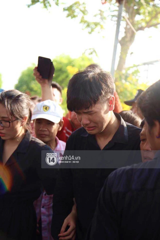 Bố mẹ Anh Vũ không đứng vững, rơi nước mắt vì đau xót trong lễ an táng con trai-6