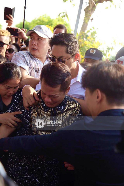 Bố mẹ Anh Vũ không đứng vững, rơi nước mắt vì đau xót trong lễ an táng con trai-7