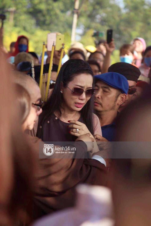Bố mẹ Anh Vũ không đứng vững, rơi nước mắt vì đau xót trong lễ an táng con trai-8