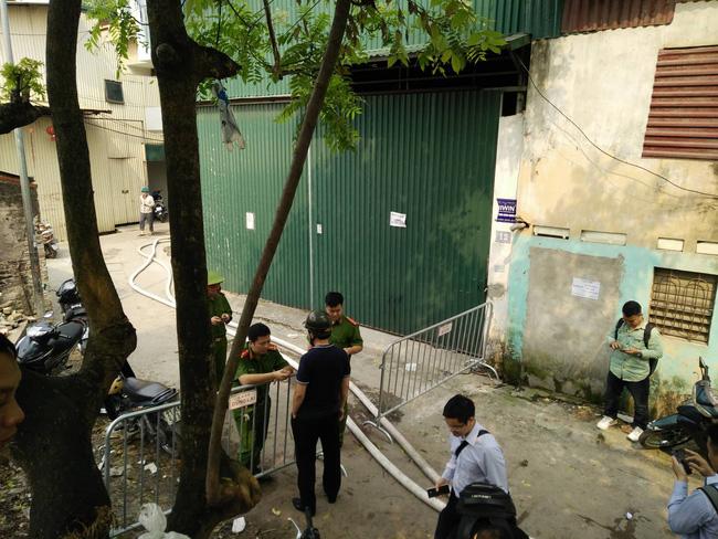 Hiện trường vụ cháy làm 8 người chết tại Hà Nội: Người mẹ gào khóc ngồi đợi nhận thi thể con trai-3
